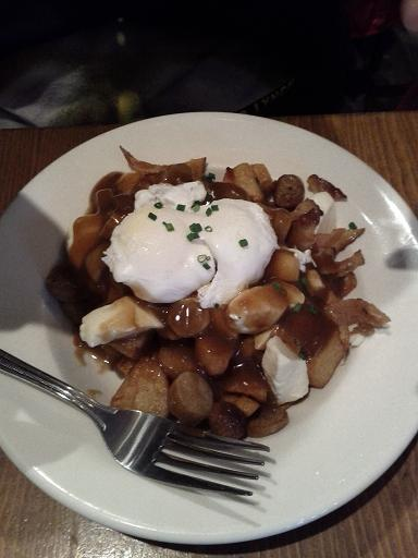 Patates rissolées + soûcisses déjeuner + bacon + fromâge en grains + un oeuf poché + sauce brune = POUTINE DÉJEUNER!!!