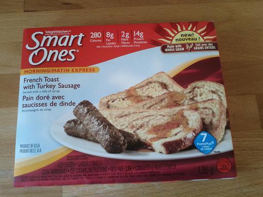 2 tranches de pain doré + deux soucisse brunes à la dinde et... du sirop!