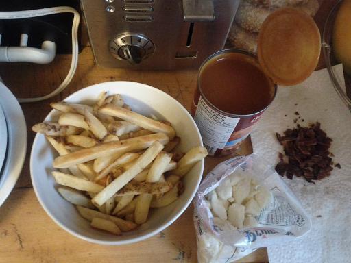 Des frites congelées précuites + de la sauce + du fromage (et du bacon pour les amateurs de poutine au bacon, du bacon en miettes.)