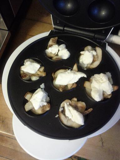 On dépose du fromage en grains sur les frites